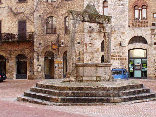San_Gimignano_piazza_cisterna_1